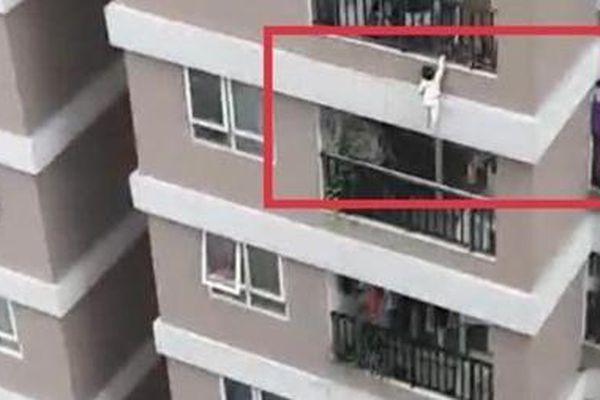 Từ vụ thoát nạn kỳ diệu của cháu bé rơi từ tầng 12: Nhìn lại vấn đề an toàn ở chung cư