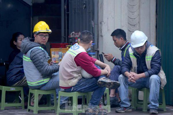 Hàng quán vỉa hè Hà Nội hoạt động tấp nập giữa lệnh cấm