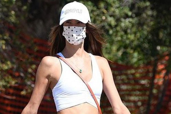 Alessandra Ambrosio diện croptop khoe body 'nóng bỏng' trên phố