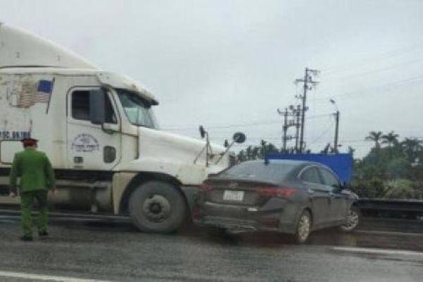 Camera giao thông: Container chuyển làn ẩu,vô tình 'hạ gục' ô tô con trên QL5