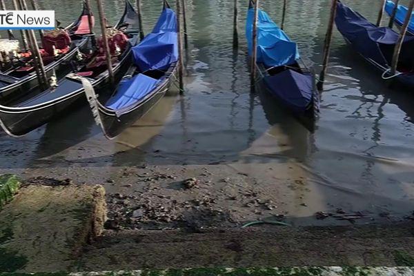 Thủy triều xuống thấp, kênh đào Venice cạn trơ đáy
