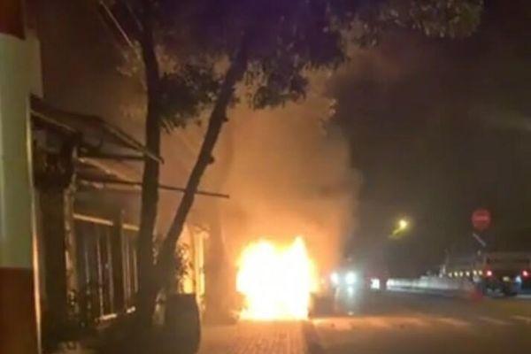 Ô tô bán tải tông xe máy bốc cháy dữ dội, 2 người thương vong