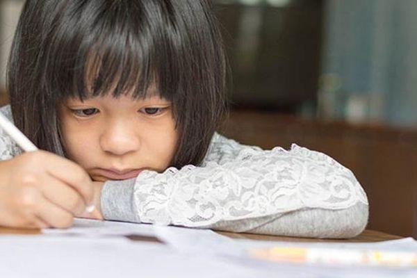 Khen thưởng, dọa nạt, đánh đòn để trẻ làm xong bài tập, tại sao lại không có tác dụng?