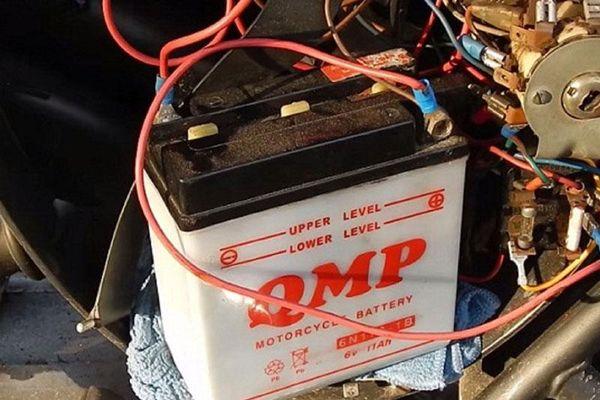 Nhận biết bình ắc quy xe máy bị yếu và cách khắc phục