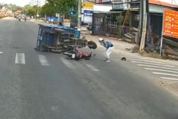 Nữ tài xế phóng xe máy vượt đèn đỏ đâm lật xe ba gác