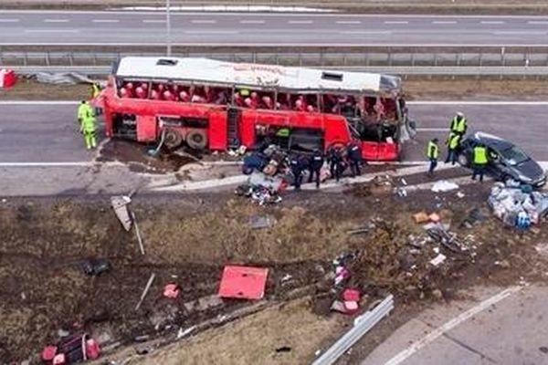 Xe khách lao xuống mương, hàng chục người Ukraine thương vong