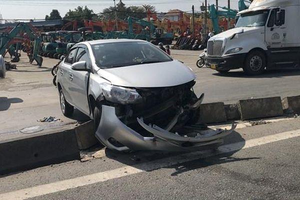 Taxi công nghệ bị tông xoay vòng, cả gia đình 4 người nhập viện