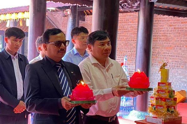 Nghệ An: Phó Đại sứ Ấn Độ dâng hương lễ Phật tại chùa Chí Linh