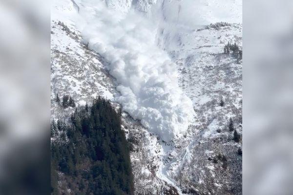 Khoảnh khắc tuyết lở từ đỉnh núi ở bang Alaska