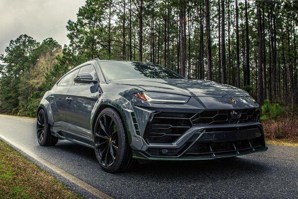 Lamborghini Urus với gói độ carbon màu xanh lạ mắt