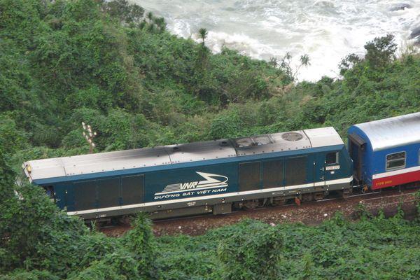 Đường sắt Việt Nam: Làm gì để thoát khỏi tình thế 'một mất một còn'?