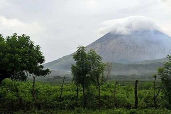 Núi lửa San Cristobal 'ầm ầm' phun khói bụi cao 17 km