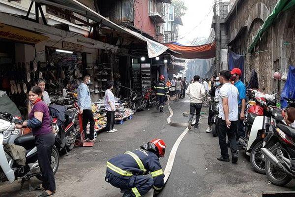 Cháy lớn tại cửa hàng trong phố Gầm Cầu (Hà Nội)