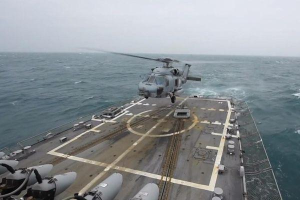 Trực thăng thủy quân lục chiến Mỹ cất cánh giữa eo biển Đài Loan