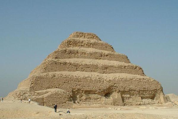 Kim tự tháp nào được xây đầu tiên ở Ai Cập cổ đại?