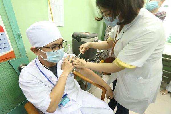 Khánh Hòa: 100 nhân viên y tế được tiêm vaccine COVID-19