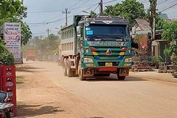 Xe tải chở đất, đá thi công cao tốc gây mất an toàn giao thông