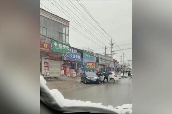 Clip người phụ nữ tông ô tô liên tiếp vào xe đỗ bên đường do tranh chấp ly hôn