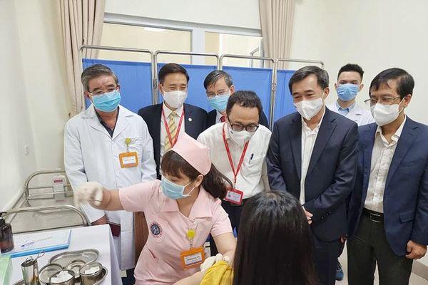 Hình ảnh 6 tình nguyện viên tiêm thử nghiệm vaccine Covivac phòng Covid-19 của Việt Nam