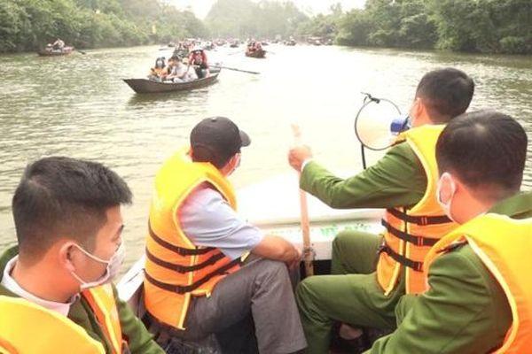 Huyện Mỹ Đức: Xử lý du khách 'chơi bài' trên dòng suối Yến, khu di tích Hương Sơn