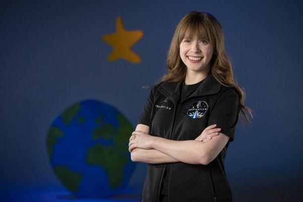 Cô gái trẻ chiến thắng ung thư xương sắp được bay vào vũ trụ