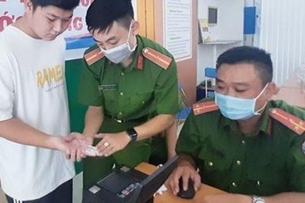Lực lượng Công an đẩy nhanh tiến độ cấp CCCD cho người dân
