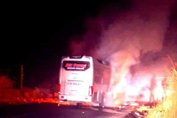 Xe khách giường nằm bốc cháy, hành khách may mắn thoát chết