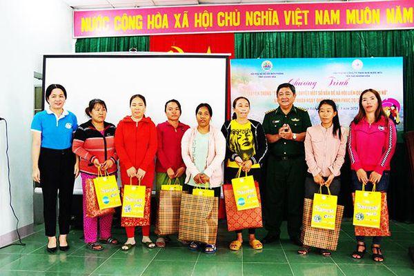 Tuyên truyền biển, đảo và tặng 30 suất quà cho phụ nữ xã Cam Lập