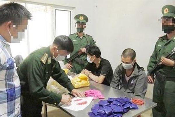 2 đối tượng bị bắt khi đang vận chuyển 18.000 viên ma túy