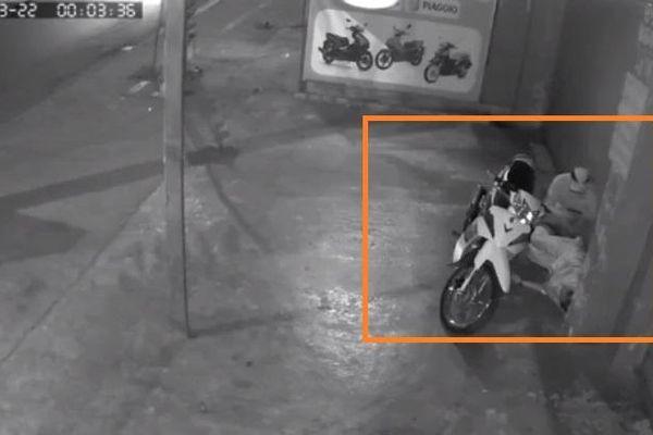 Nam thanh niên 20 tuổi say rượu ngủ trước cửa nhà bị trộm lấy mất điện thoại và xe máy