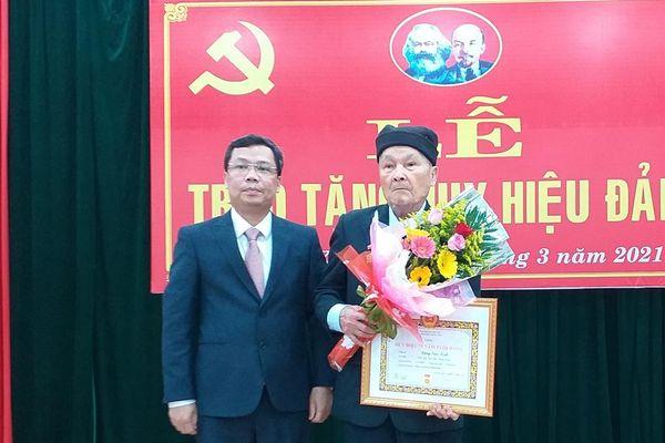 Quận ủy Thanh Khê trao Huy hiệu Đảng cho đảng viên đủ tiêu chuẩn