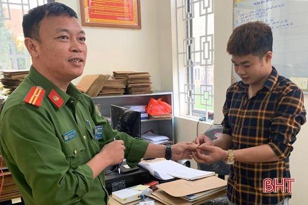 Trả lại nhẫn vàng trị giá 13 triệu đồng cho người đánh rơi ở Cẩm Xuyên