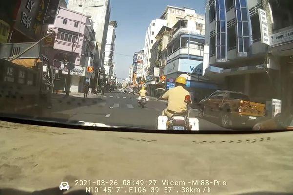 Cảnh sát giao thông mở đường 'cứu' mẹ con sản phụ trên taxi