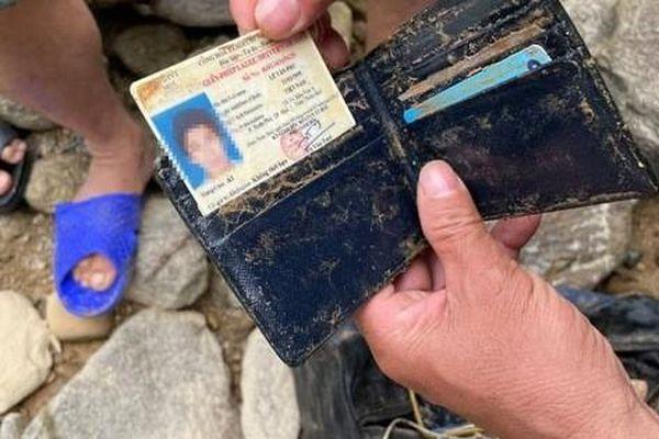 Hình ảnh rơi nước mắt về nạn nhân mất tích tại Rào Trăng: Chiếc ví lấm lem bùn đất, chiếc xe máy bị cuộn nát dưới lòng sông
