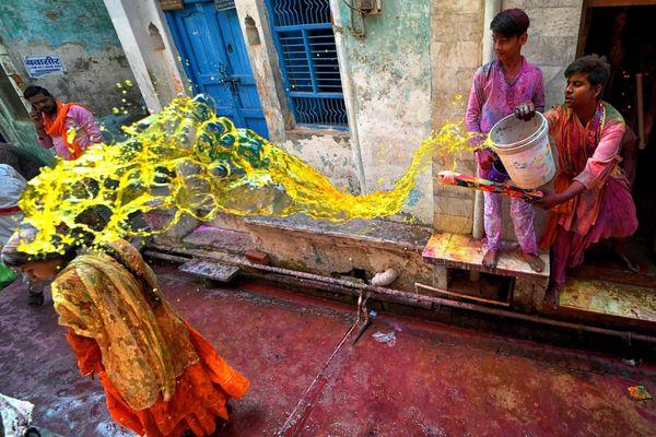 Hàng nghìn người Ấn Độ xuống đường ném bột màu bất chấp dịch bệnh