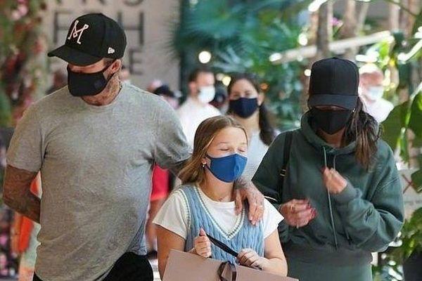 Harper Beckham lớn phổng phao, vui vẻ dạo phố cùng bố mẹ