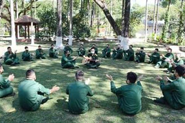 Chiến sĩ mới hòa nhập với môi trường quân ngũ