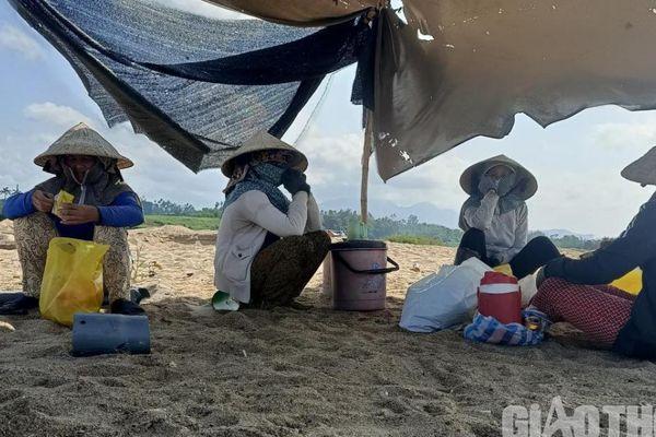 Quảng Ngãi: Cát tặc dựng lều bạt, cử người 'canh' công an, hô hoán báo động
