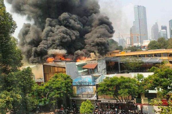 Sơ tán gần 1.400 học sinh vì vụ cháy gần trường