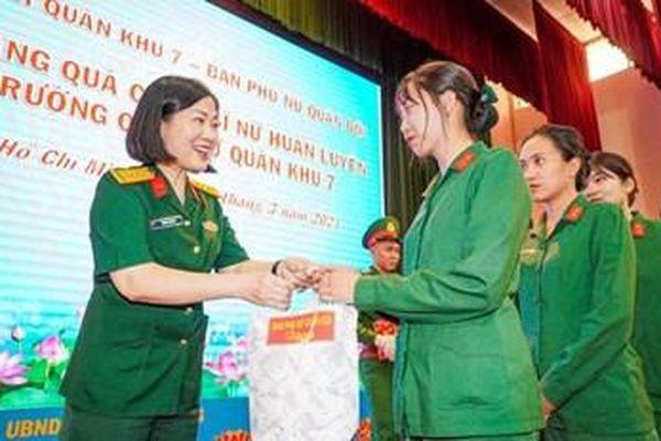 Ban Phụ nữ Quân đội thăm, tặng quà nữ chiến sĩ tại Trường Quân sự Quân khu 7