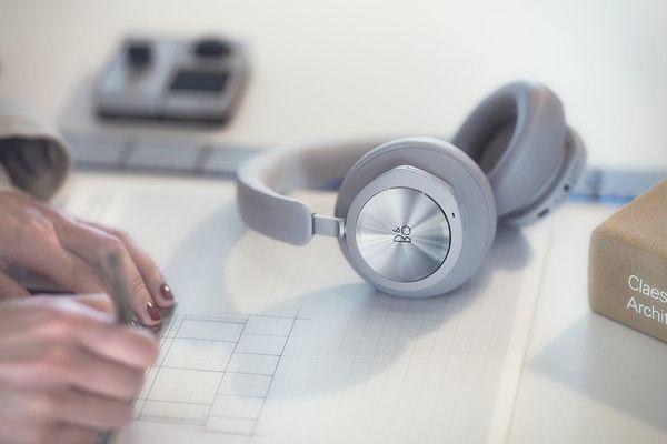 Bang & Olufsen ra mắt tai nghe không dây chơi game Beoplay Portal