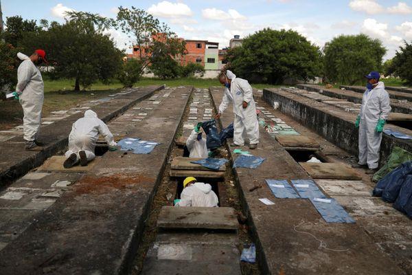 Brazil khai quật mộ cũ để chôn nạn nhân Covid-19
