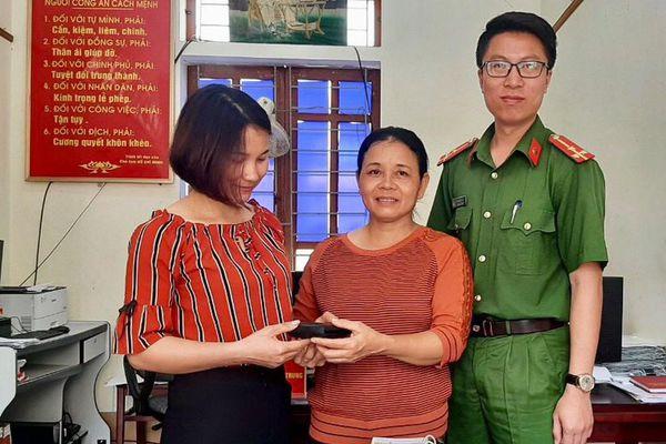 Người phụ nữ đi làm đồng nhặt được ví tiền tìm trả người đánh mất
