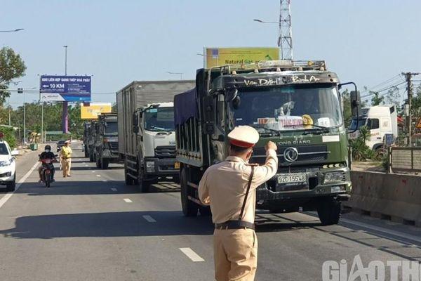 Quảng Ngãi 'tung quân' xử lý xe quá khổ, quá tải trên các tuyến quốc lộ