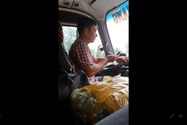 Tuyên Quang: Tài xế xe khách liên tục gọi điện thoại trong khi đang lái xe