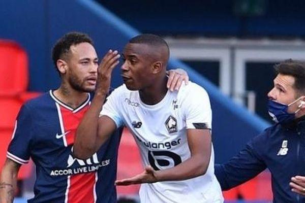 Neymar nhận thẻ đỏ lãng nhách