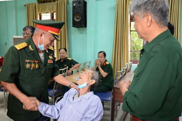 Bắc Giang: Hội Truyền thống Trường Sơn tặng xe lăn, hỗ trợ hội viên bị tai biến sức khỏe.