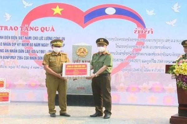 Tặng quà cho công an sáu tỉnh Bắc Lào nhân dịp Tết cổ truyền Bunpimay