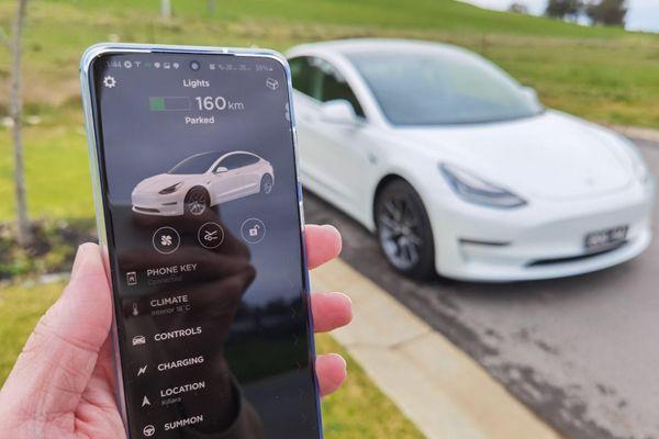 Xe Tesla bị trộm vì lỗ hổng của chức năng Phone Key