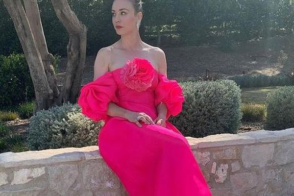 'Thiên nga' Nicole Kidman, Kaley Cuoco lộng lẫy tạo dáng trước... thảm đỏ ảo